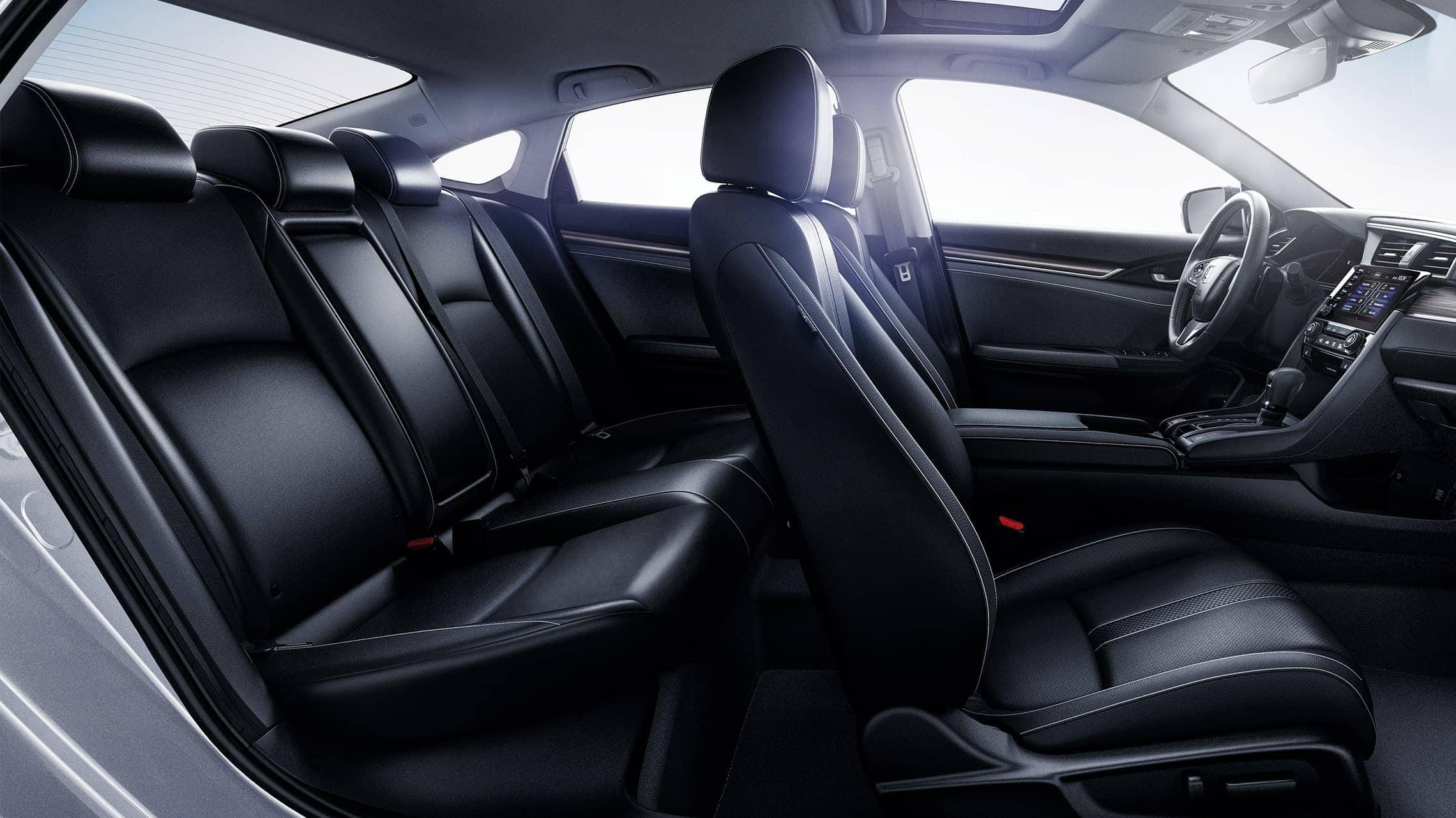 Vista del interior desde el lado del pasajero del Honda Civic Touring Sedán2020 con interior en Black Leather.