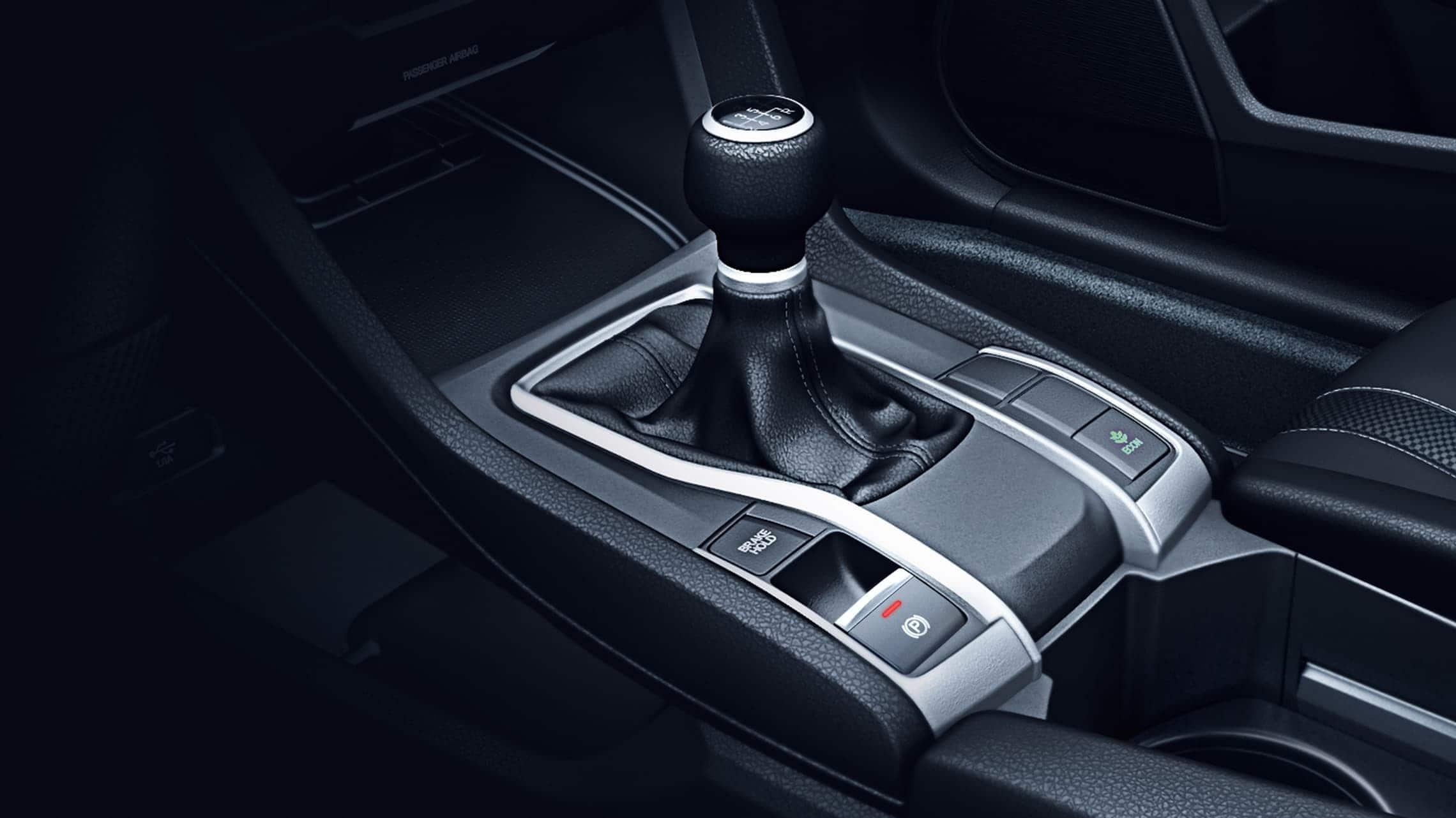Detalle de los mandos de transmisión manual de 6velocidades en el Honda Civic LX Sedán2020.