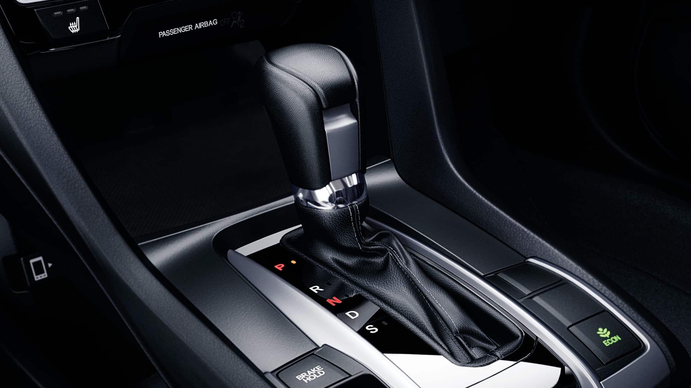 Detalle de los mandos de transmisión CVT en el Honda Civic Touring Sedán2020.