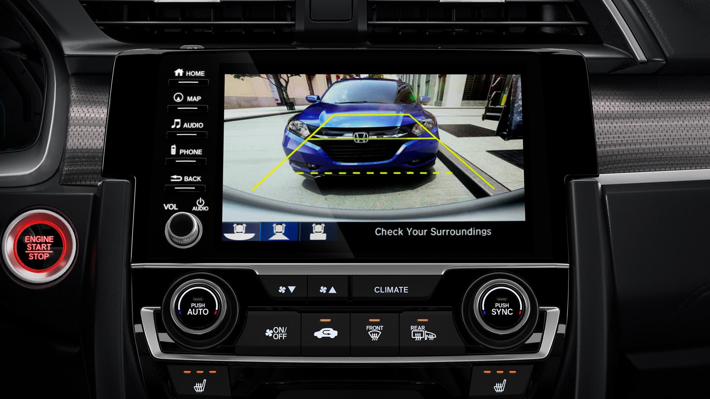 Detalle de la cámara de reversa multiángulo en el sistema de audio en pantalla táctil del Honda Civic Touring Sedán2020.