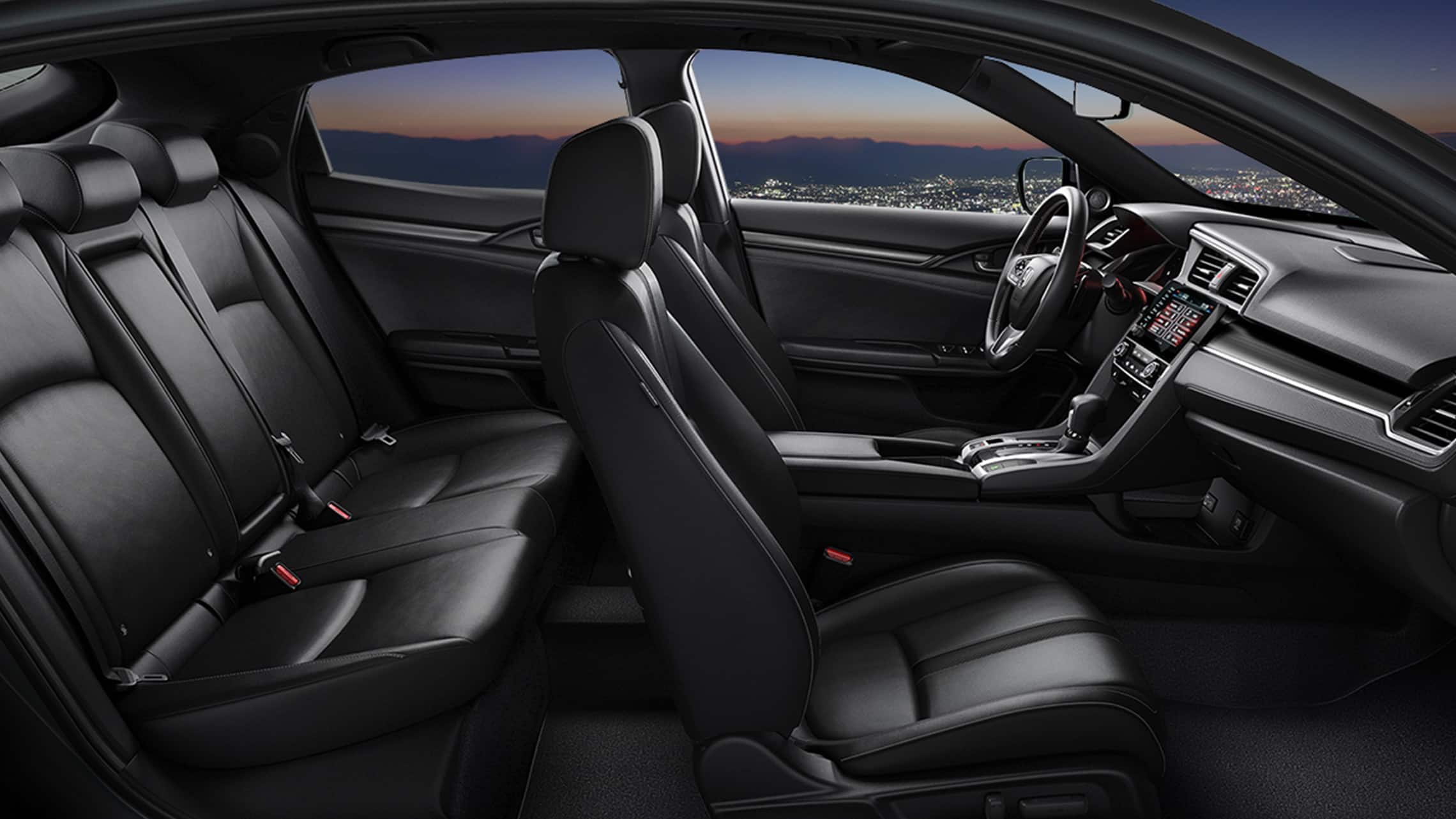 Vista de perfil desde el interior del lado del pasajero del Honda Civic Sport Touring Hatchback 2020 con Black Leather.