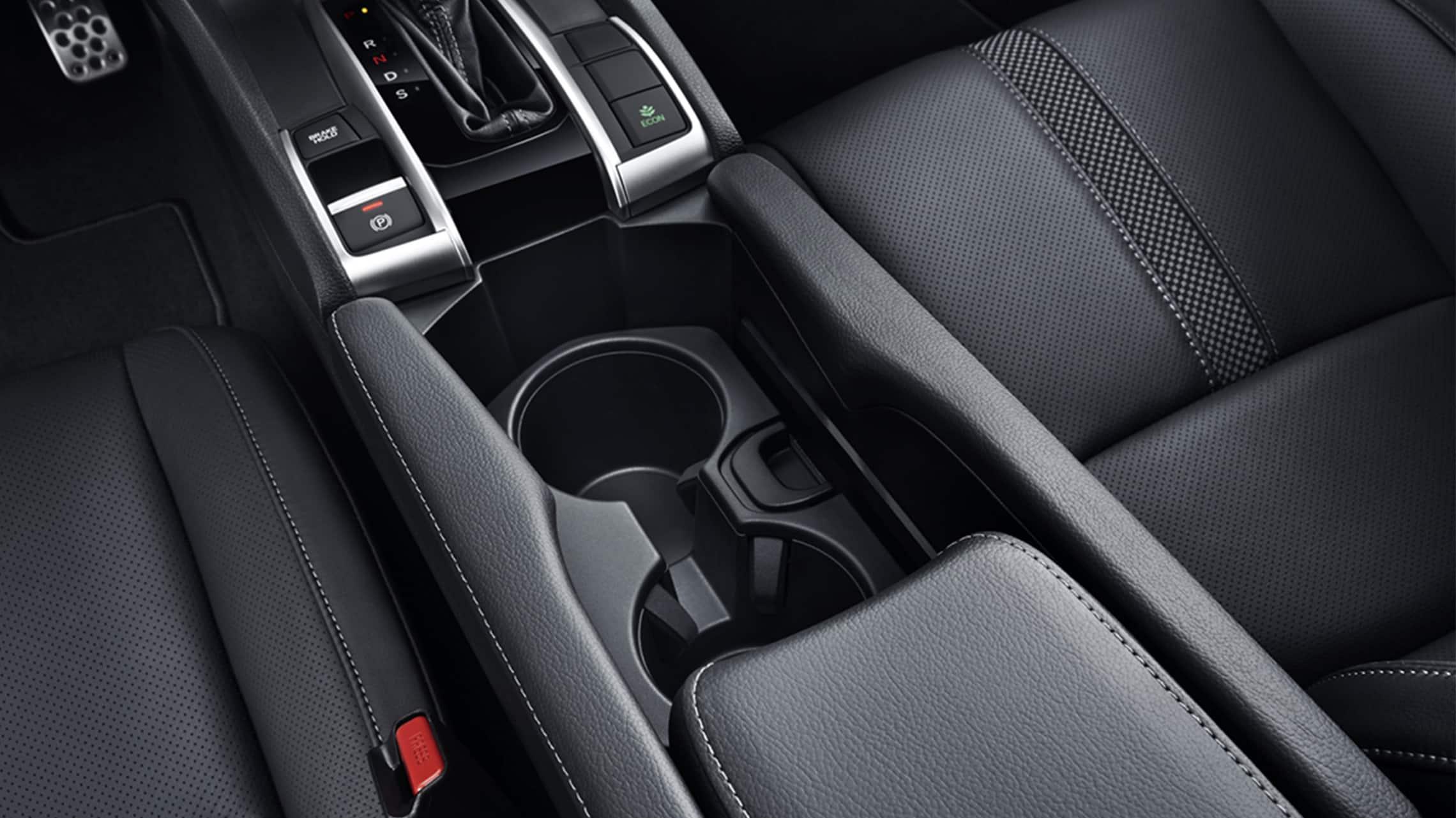 Detalle del portavasos en el Honda Civic Sport Touring Hatchback2021.