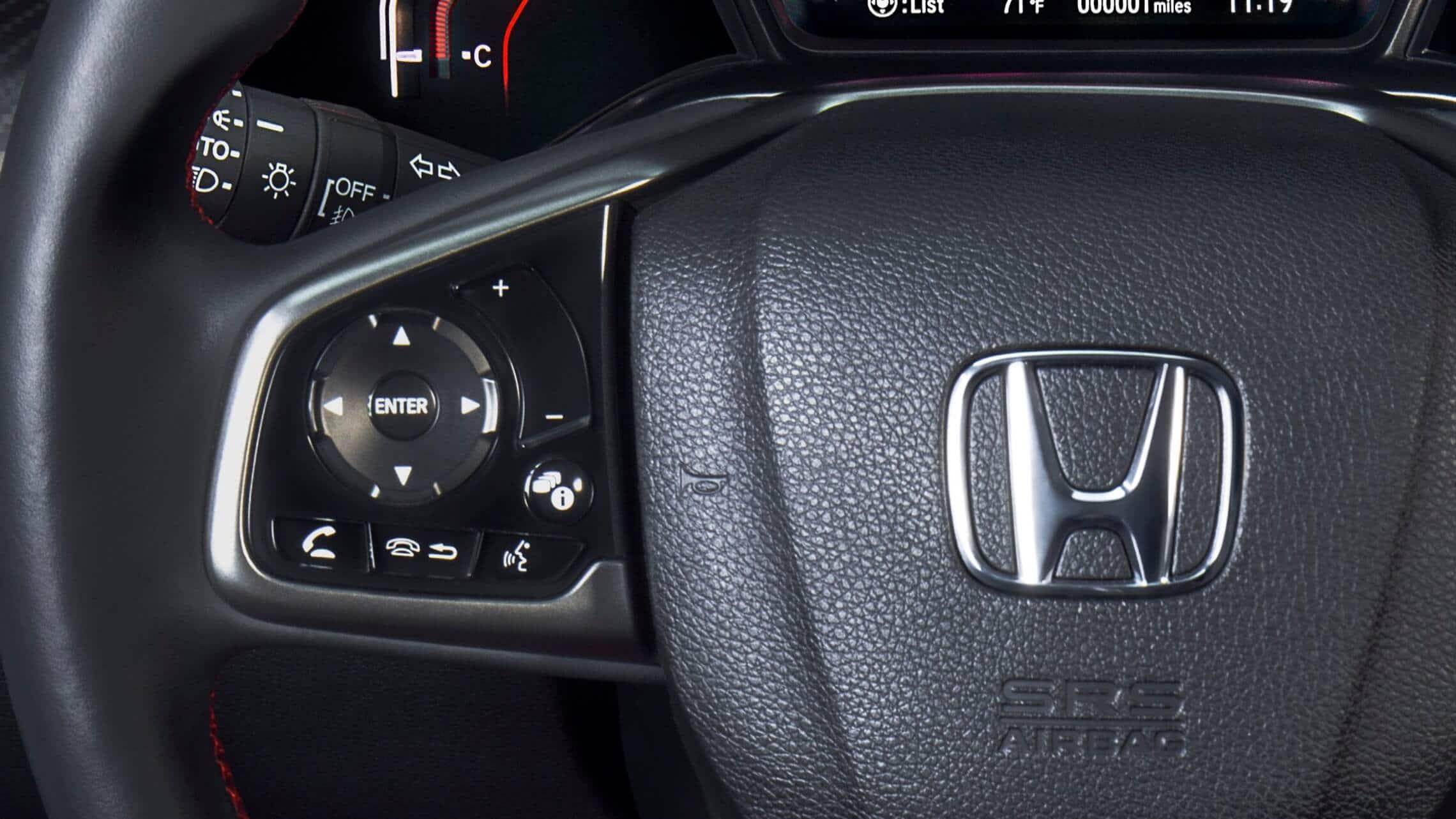 Detalle de los controles iluminados instalados en el volante del Honda Civic Si Coupé2020.