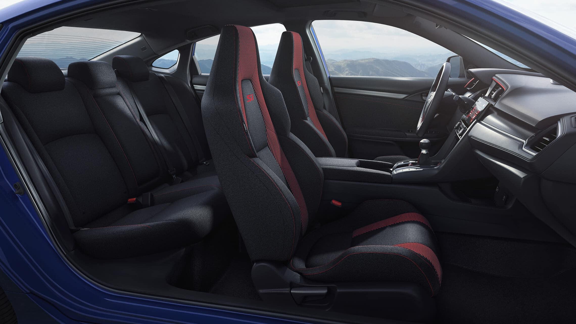 Vista del interior desde el lado del pasajero de los asientos delanteros en el Honda Civic Si Sedán2020 en Black Cloth.
