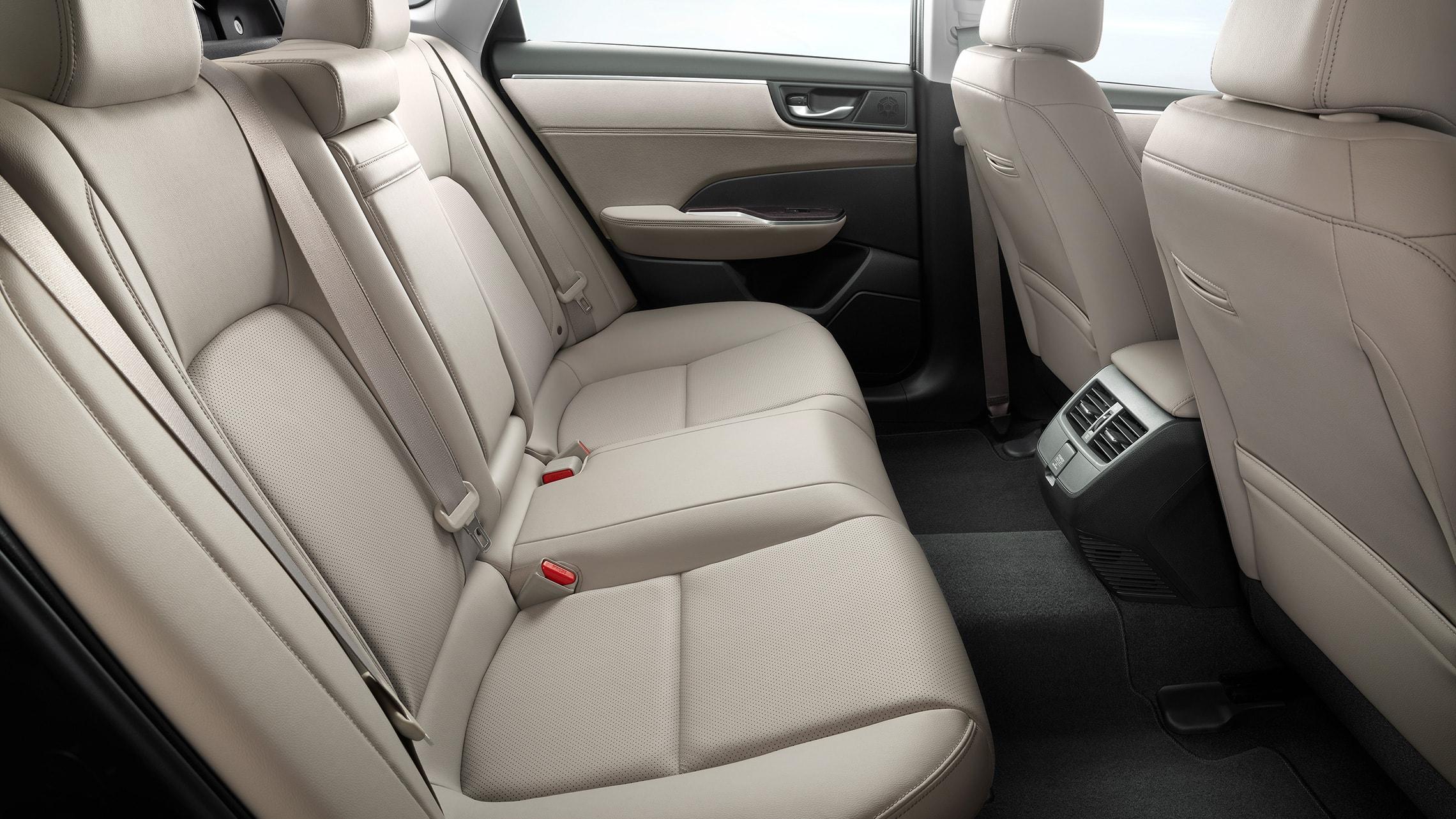 Asientos traseros del Clarity Plug-In Hybrid2020 con interior con detalles de Beige Leather