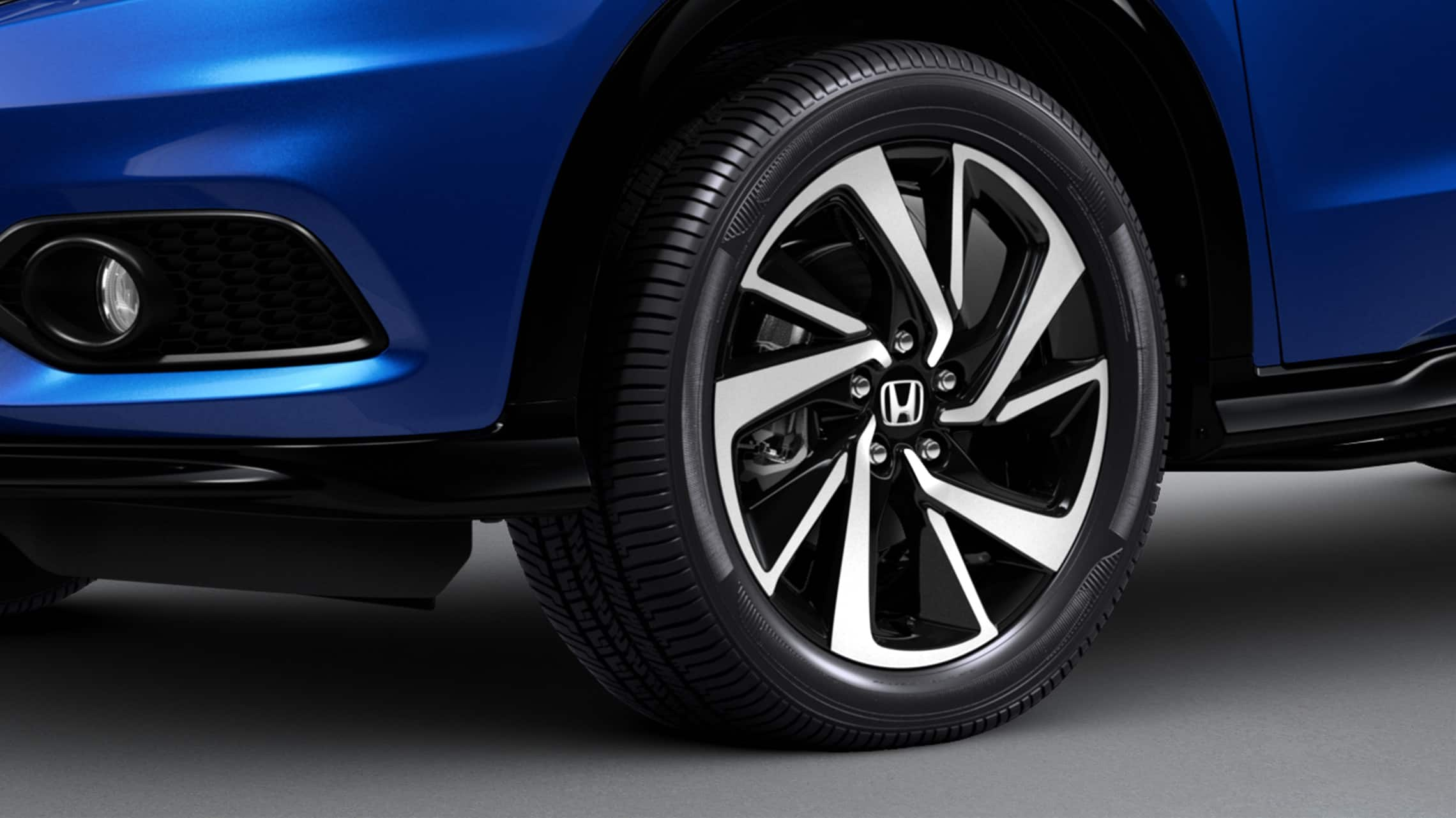 Detalle de las ruedas de aleación de 18 pulgadas de la Honda HR-V Sport 2020 en Aegean Blue Metallic.