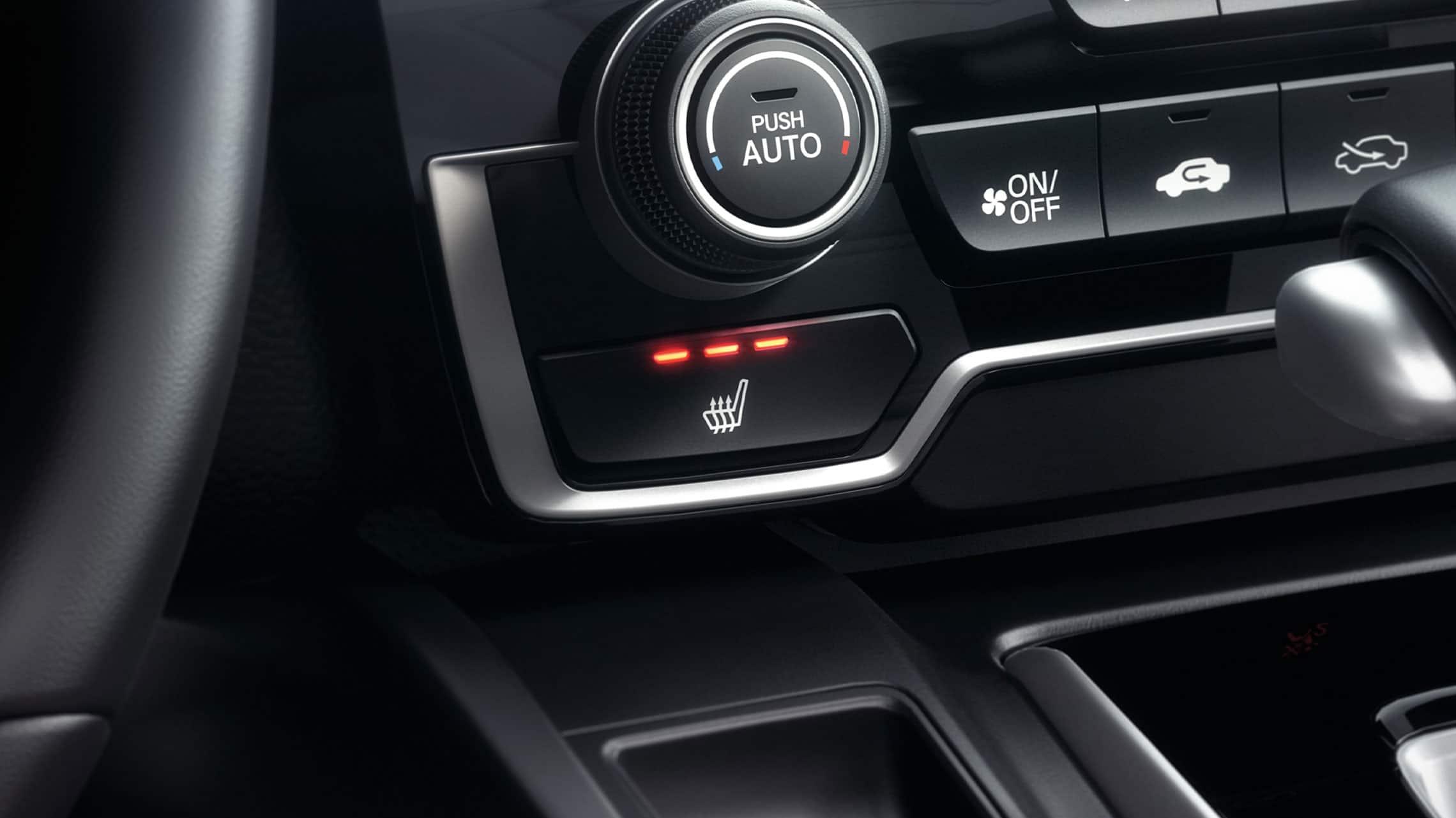 Detalle de los controles del asiento delantero calefaccionado en la Honda CR-V2021 con Black Leather.
