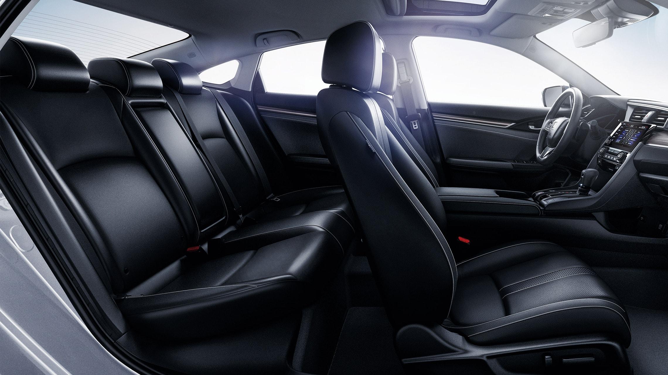 Vista del interior desde el lado del pasajero del Honda Civic Touring Sedán2021 con interior en Black Leather.