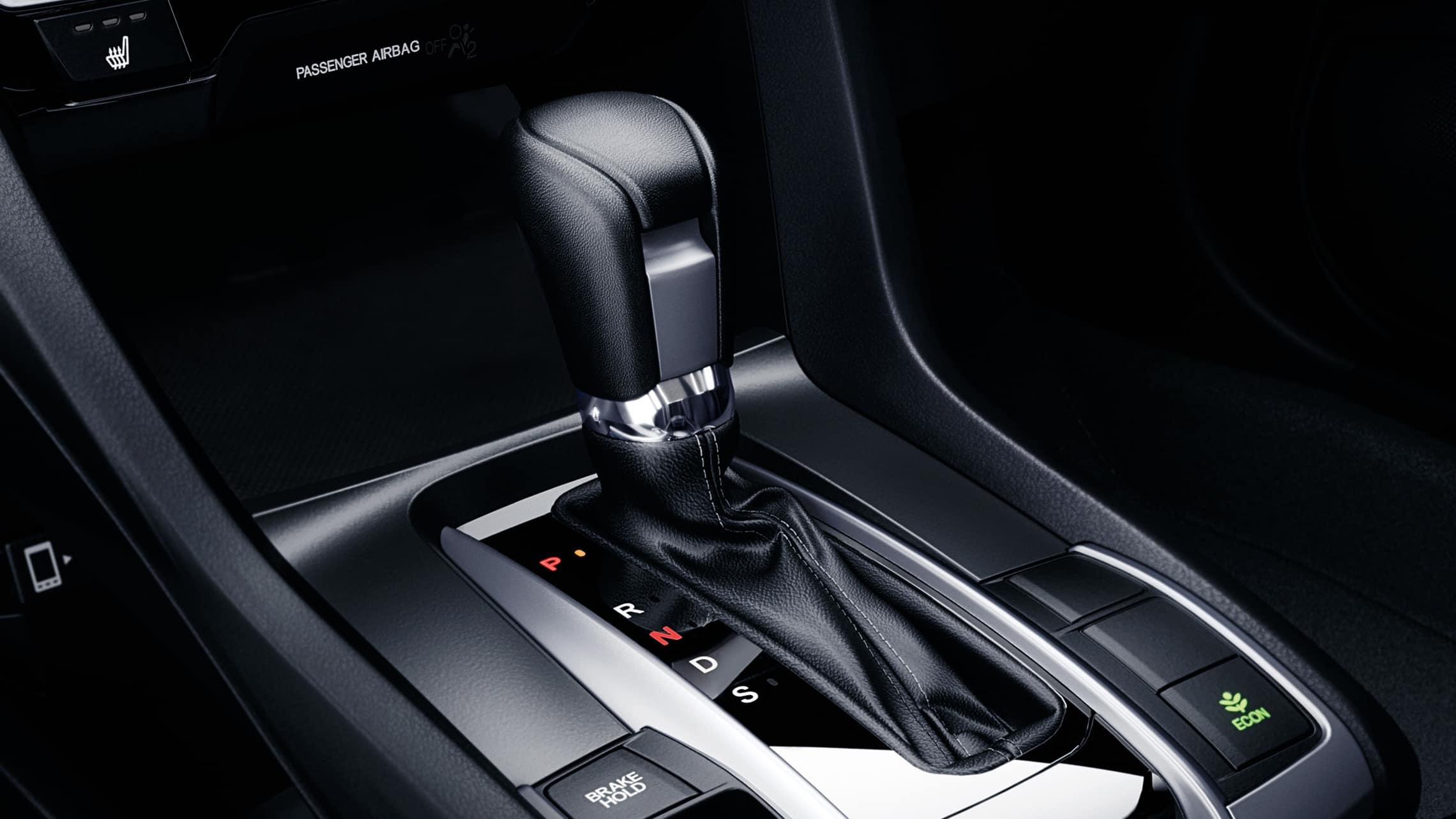 Detalle de los mandos de transmisión CVT en el Honda Civic Touring Sedán2021 con Black Leather.