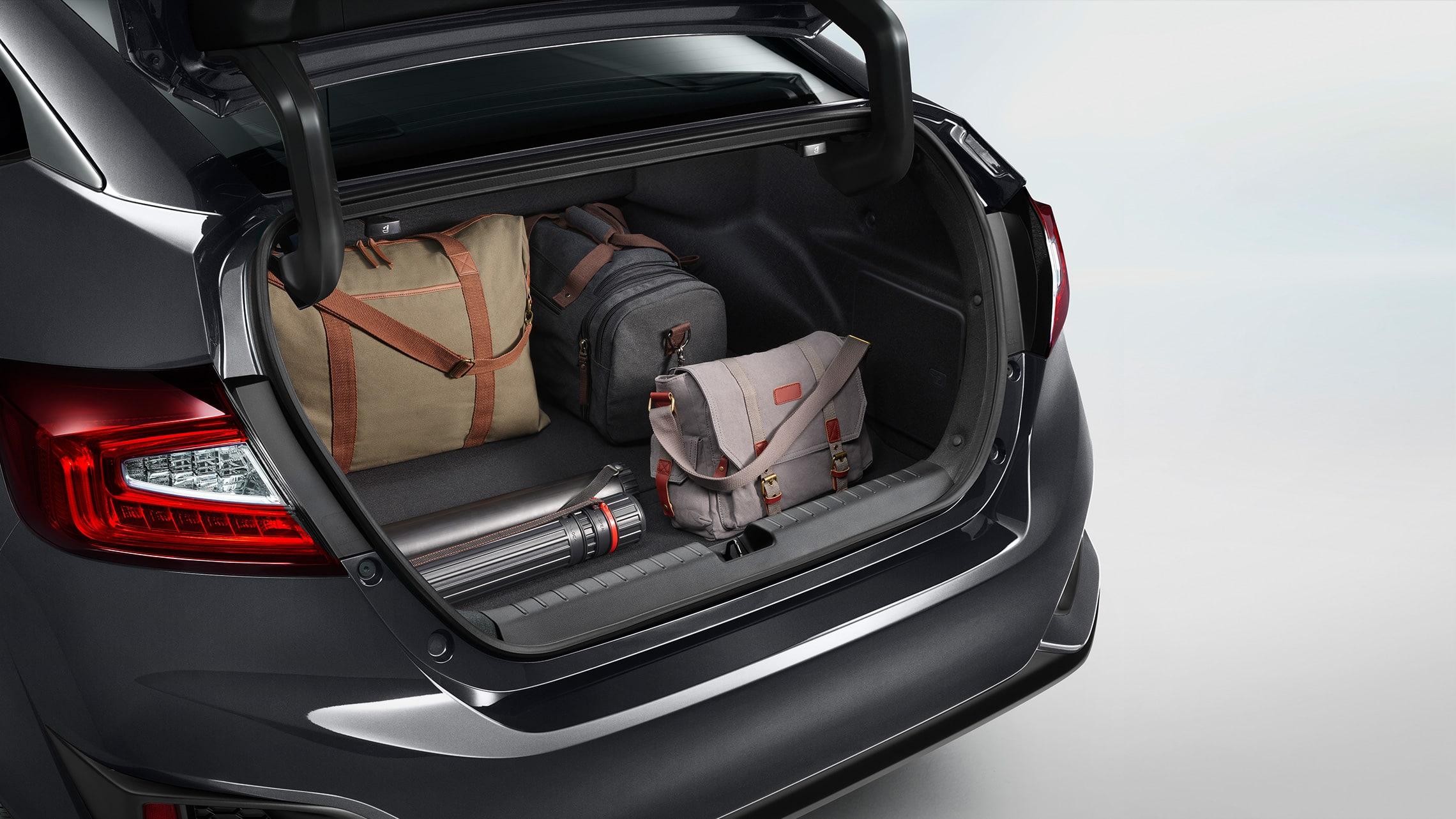 Detalle de carga en el maletero abierto del Clarity Plug-in Hybrid2021.