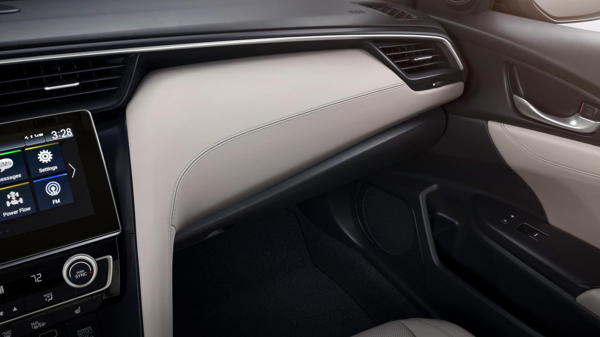 Vista en primer plano desde el interior del detalle del tablero en el Honda Insight Touring2021 con Ivory Leather.
