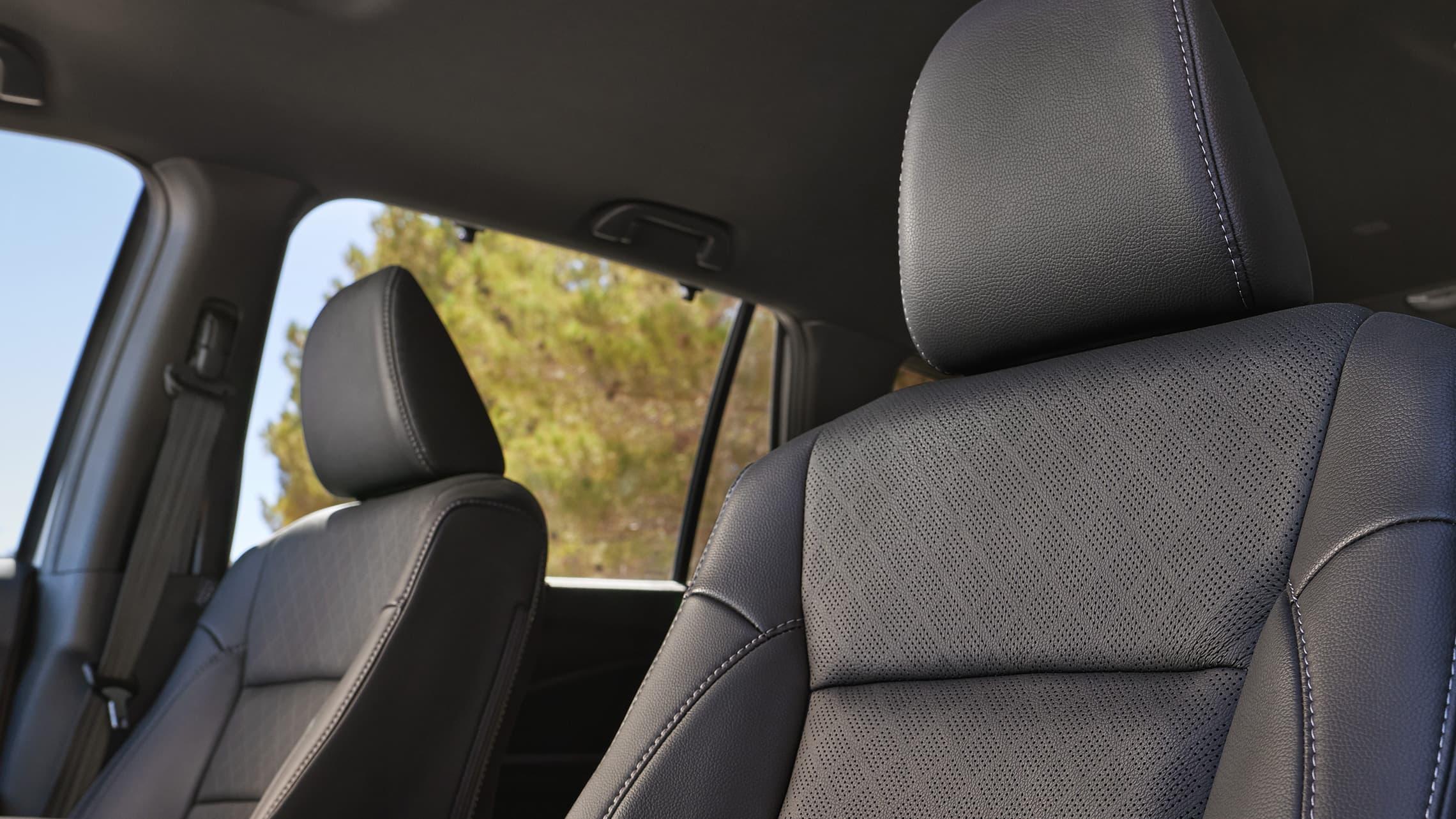 Asientos delanteros en Black Leather del interior de la Honda Passport Elite2021.